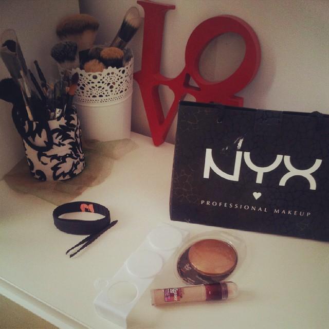 #nyxcosmetics #nyx#cosmetic #bronzer#garnier#eraser#palet#brushes#brush#vanity #makeup  Jutro pocinje. Novi eraser otvaram i paleticu